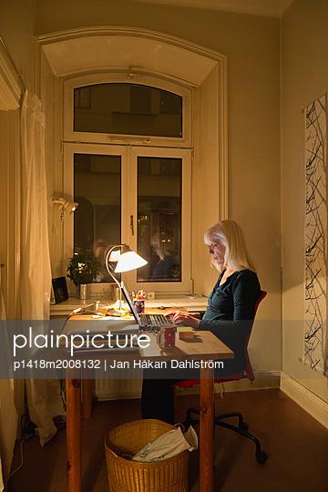 Frau arbeitet zuhause  - p1418m2008132 von Jan Håkan Dahlström