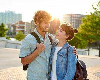Junges Paar in der Stadt - p1124m1150154 von Willing-Holtz