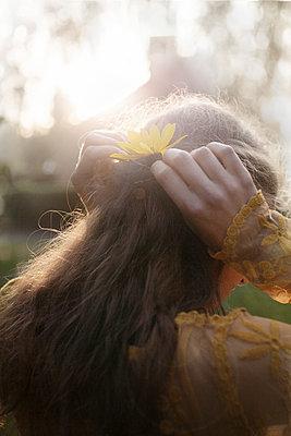 Junge Frau mit Blüte im Haar - p1348m1496931 von HANDKE + NEU