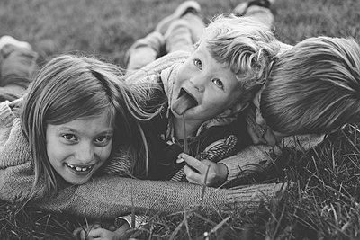 Geschwister toben - p1361m1491734 von Suzanne Gipson