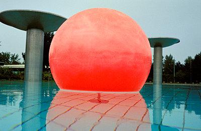 Rote Kugel im Wasser - p2200080 von Kai Jabs