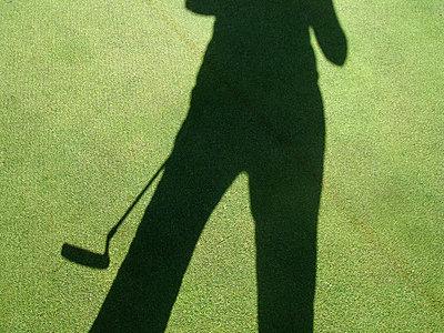 Schatten eines Golfspielers - p567m667576 von AURELIAJAEGER