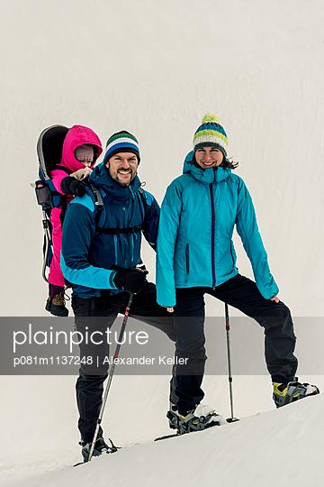 Family on mountain hike - p081m1137248 by Alexander Keller