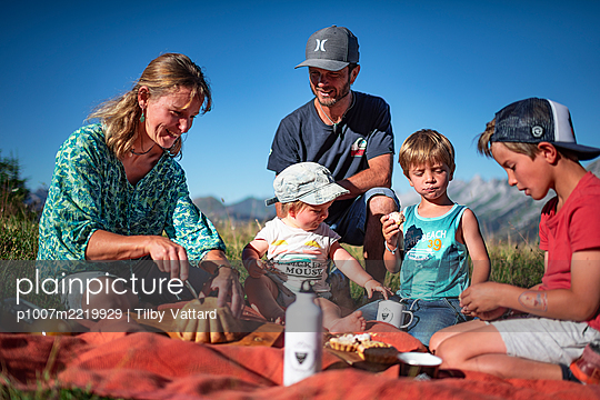 Family has a picnic in the mountains, France - p1007m2219929 by Tilby Vattard
