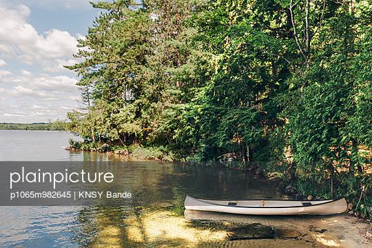 Canoe at Chandos Lake - p1065m982645 by KNSY Bande