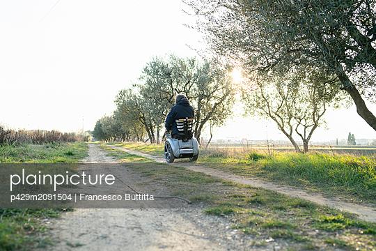Man on wheels enjoying countryside - p429m2091504 by Francesco Buttitta