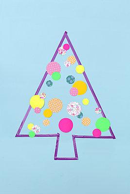 Weihnachtsbaum aus Papierkreisen - p237m886652 von Thordis Rüggeberg