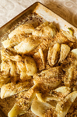 High angle close up of Fennel Gratin in metal baking tray. - p429m2200747 by Guido Cavallini