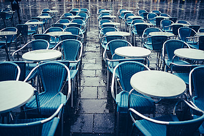 Empty restaurant table - p1053m1578262 by Joern Rynio
