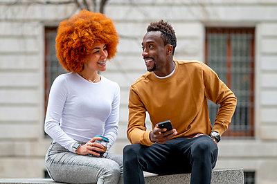 Madrid Spain, Afro couple in the city - p300m2256321 von Oscar Carrascosa Martinez
