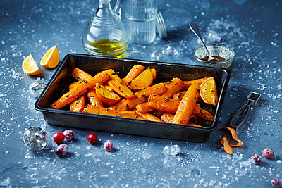 Roasted carrots in roasting tin, seasonal christmas food - p429m2068655 by Danielle Wood