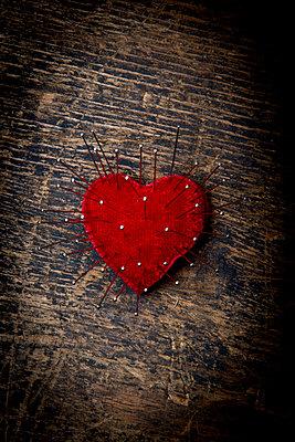Rotes Herz mit Stecknadeln - p451m1564533 von Anja Weber-Decker