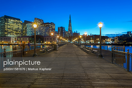 USA, California, San Francisco, Pier 7 at blue hour - p300m1581676 von Markus Kapferer