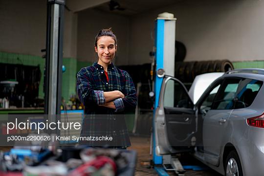 Confident female mechanic standing at workshop - p300m2290626 by Kniel Synnatzschke