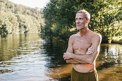 Reifer Mann in Badekleidung am Fluss - p586m1171932 von Kniel Synnatzschke