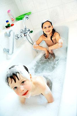 Children taking a bath together - p6800157 by Stella Mai