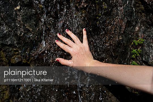 Nasse Felswand - p1116m1217001 von Ilka Kramer