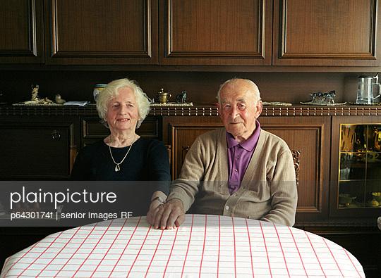 Portrait eines alten Ehepaares  - p6430174f von senior images RF