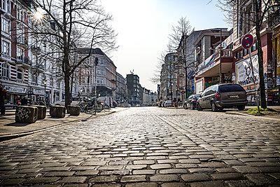 Deserted street with cobblestone, Hamburg, shutdown due to Covid-19 - p1276m2178417 by LIQUID