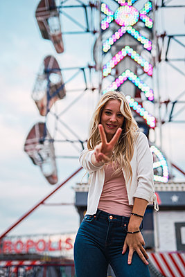 Portrait of smiling young woman on a funfair - p300m2042357 by Kike Arnaiz