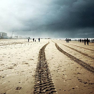 Dunkle Wolken am Strand - p9111134 von Kalanch-Oé