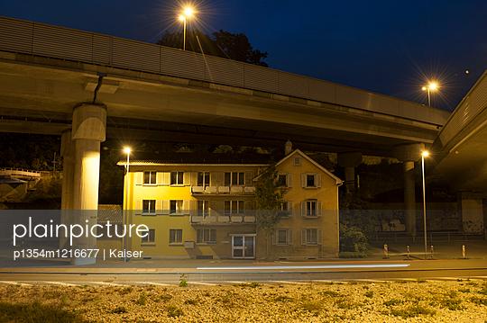Wohnhaus unter einer Autobahn - p1354m1216677 von Kaiser