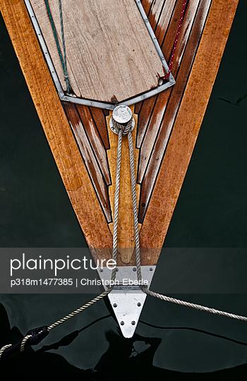 Vertäute Segelyacht - p318m1477385 von Christoph Eberle