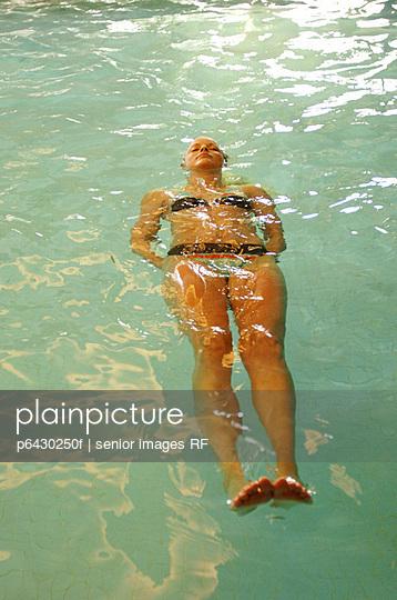 Junge Frau im Schwimmbad  - p6430250f von senior images RF