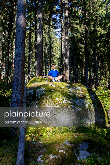 Practising yoga in the woods - p879m2111198 by nico