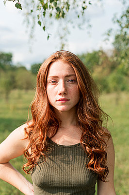 Young woman, portrait - p1609m2254083 by Katrin Wolfmeier