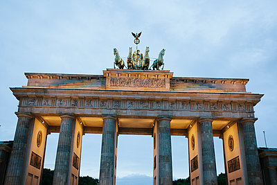 Germany, Berlin, lighted Brandenburg Gate in the evening - p300m1469963 by Michael Zwahlen