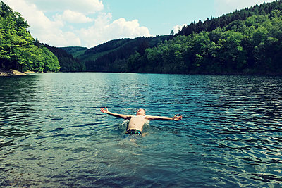 Sommer at the lake - p879m1584177 by nico