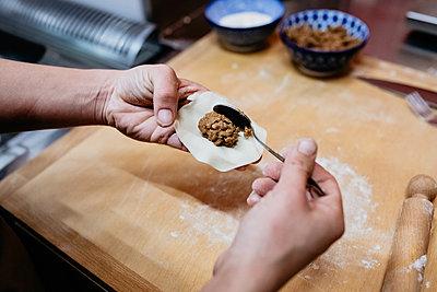 High angle close up of chef preparing a gyoza in a Ramen and Gyoza restaurant in Italy. - p924m2196780 by Senserini Lucrezia