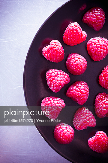 Raspberries - p1149m1574270 by Yvonne Röder