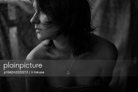 Porträt einer nackten Frau im Profil - p1642m2222213 von V-fokuse