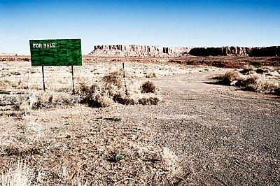 Zu Verkaufen, Schild in der Wüste - p1065m891769 von KNSY Bande