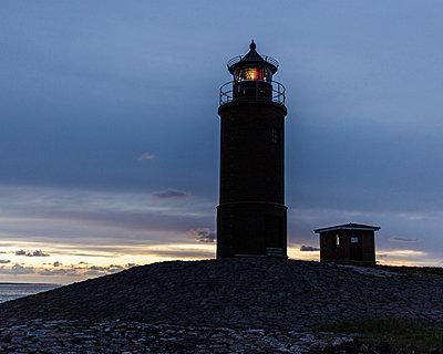 Leuchtturm beim Sonnenuntergang - p1085m876989 von David Carreno Hansen