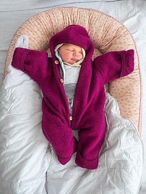 Deutschland, Familie, Baby - p300m2256139 von Albrecht Weißer