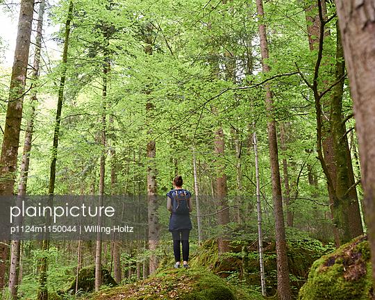 Frau steht auf Felsen im Wald - p1124m1150044 von Willing-Holtz