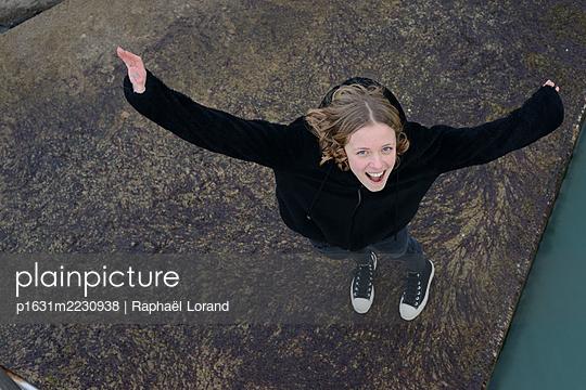 Laughing girl - p1631m2230938 by Raphaël Lorand