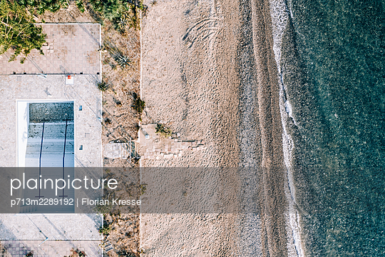 Empty pool, beach and sea, aerial view, Zakynthos - p713m2289192 by Florian Kresse