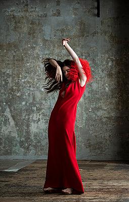 Ballerina in red dress, portrait - p1139m2210692 by Julien Benhamou