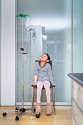 Kleines Mädchen bekommt eine Infusion - p1625m2258610 von Dr. med.