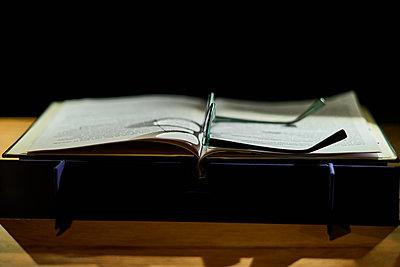 Brille auf einem Buch - p1686m2288560 von Marius Gebhardt