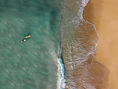 Indonesia, Bali, Aerial view of Pandawa beach, two surfers - p300m2042460 von Konstantin Trubavin