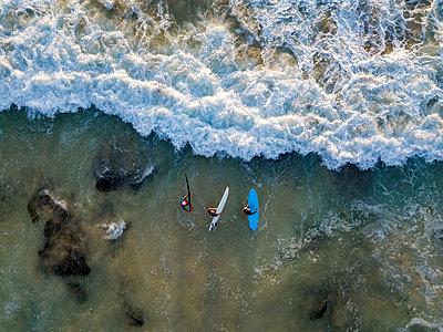 Indonesia, Bali, Aerial view of Dreamland beach, three surfers from above - p300m2042583 von Konstantin Trubavin