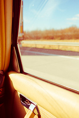 Im Auto auf der Autobahn - p432m1556652 von mia takahara