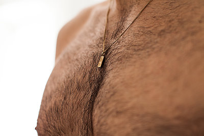 Man with gold chain - p913m1138485 by LPF