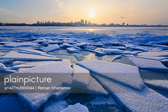 p1427m2000044 von Roman Kharlamov