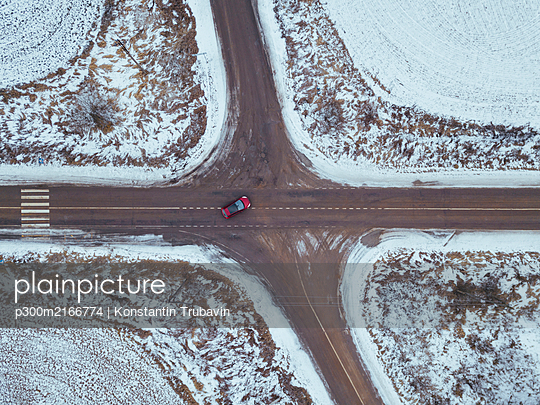Aerial view of crossroad at winter time, Moscow region, Russia - p300m2166774 von Konstantin Trubavin